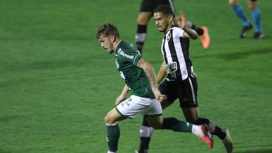 Jogadores de Guarani e Botafogo disputam lance em jogo pela Série B - LUCIANO CLAUDINO/CÓDIGO19/ESTADÃO CONTEÚDO