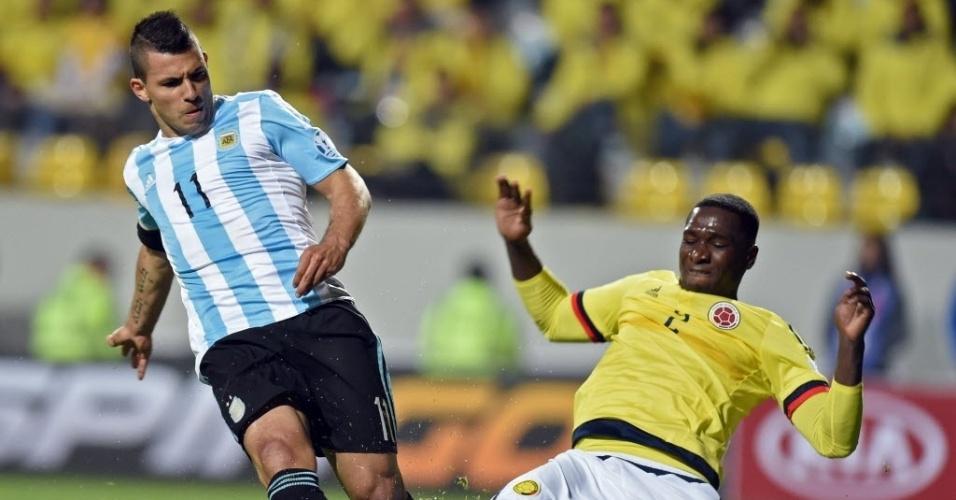 Aguero e Zapata disputam bola no jogo Argentina x Colômbia pela Copa América