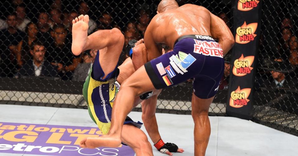 Yoel Romero (dir.) derruba Lyoto Machida, segundos antes de aplicar nocaute técnico que lhe garantiu a vitória em UFC realizado na madrugada deste domingo (28), em Miami, nos Estados