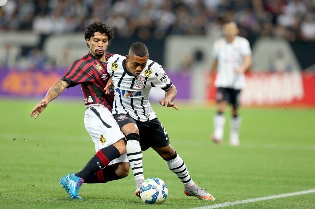 Malcom é desarmado por marcador do Atlético-PR em jogo do Corinthians