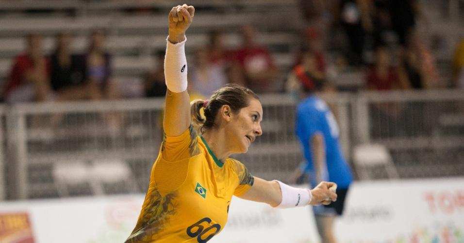 Celia Coppi comemora o gol marcado pelo Brasil sobre Porto Rico no handebol feminino