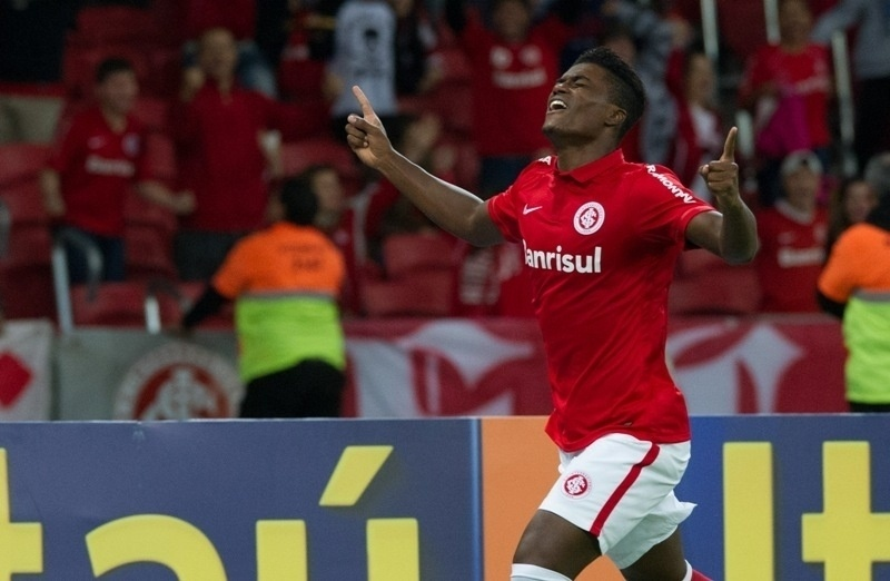 Eduardo comemora gol marcado pelo Inter contra o Goiás, no Beira-Rio,em jogo do Brasileirão