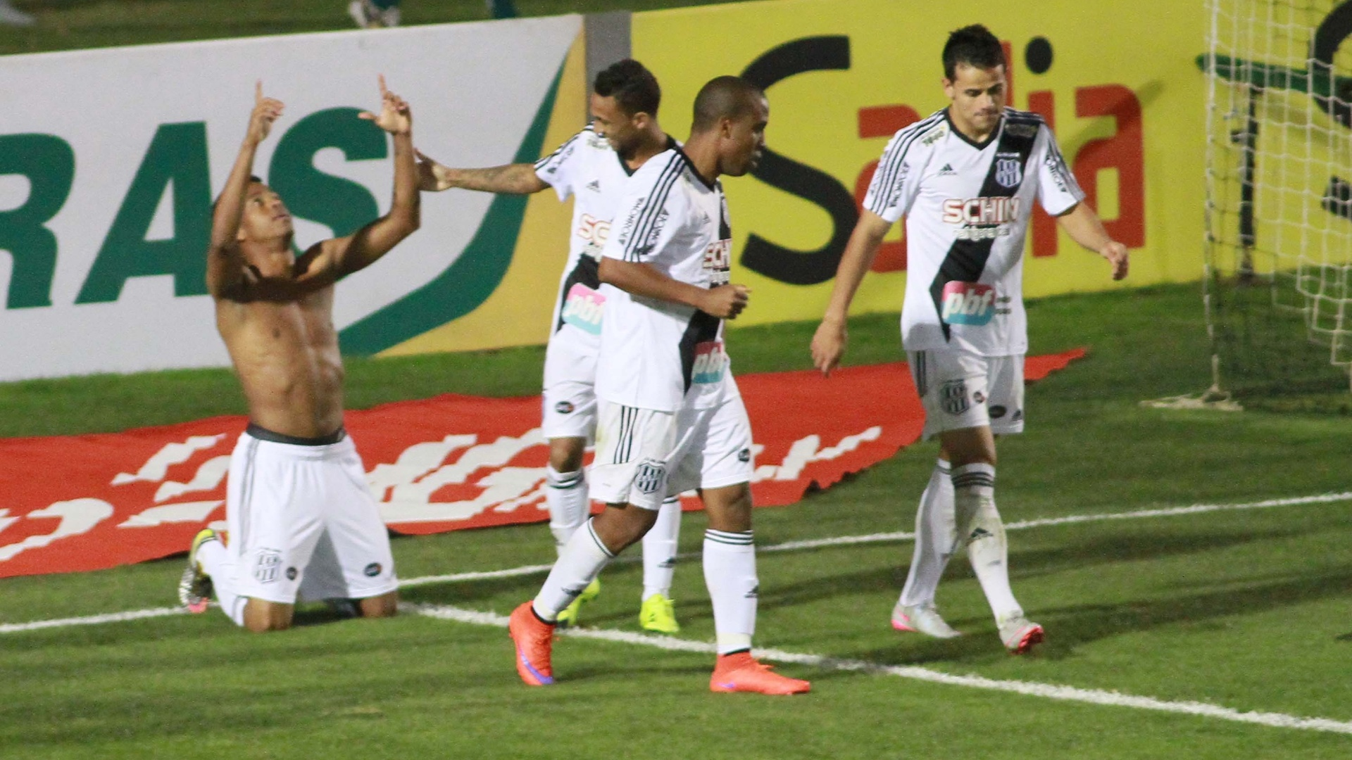 Jogadores da Ponte Preta comemoram gol marcado contra o Coritiba, na Copa do Brasil