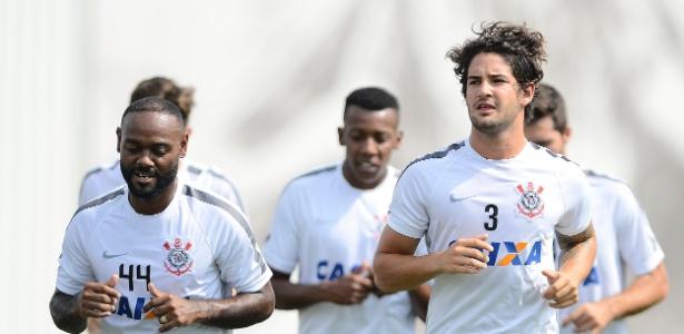 Corinthians comprou até passagem aérea antes de barrar Pato nos EUA -  14 01 2016 - UOL Esporte 6f728ab53a1bd