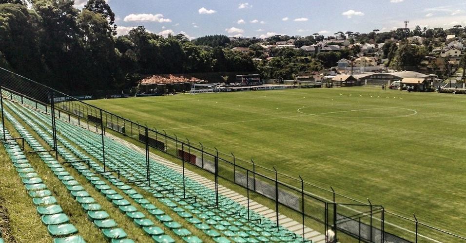 """Já o estádio Janguito, em Curitiba, é conhecido como """"Ecoestádio"""" por ser totalmente integrado à natureza, com direito a grama até nas arquibancadas"""