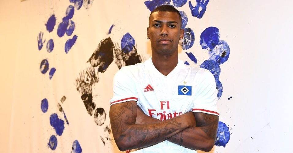 Walace posa com a camisa do Hamburgo e assina contrato com o clube