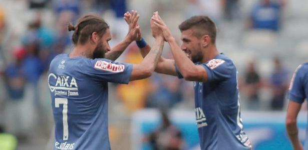 Arrascaeta e Rafael Sóbis comemoram gol marcado pelo Cruzeiro