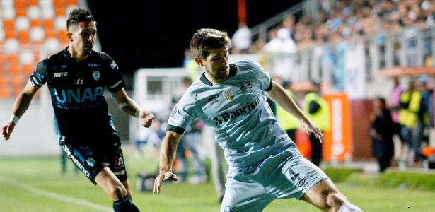 Walter Kannemann, do Grêmio, tenta controlar a bola no duelo contra o Deportes Iquique