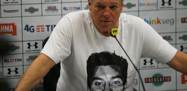 Abel Braga na coletiva com a camisa com o rosto do filho João Pedro