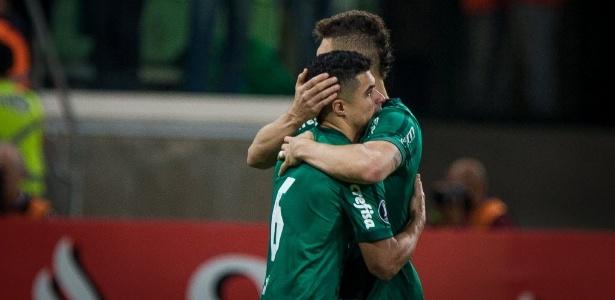 Egídio ganha abraço de Moisés após perder pênalti contra o Barcelona