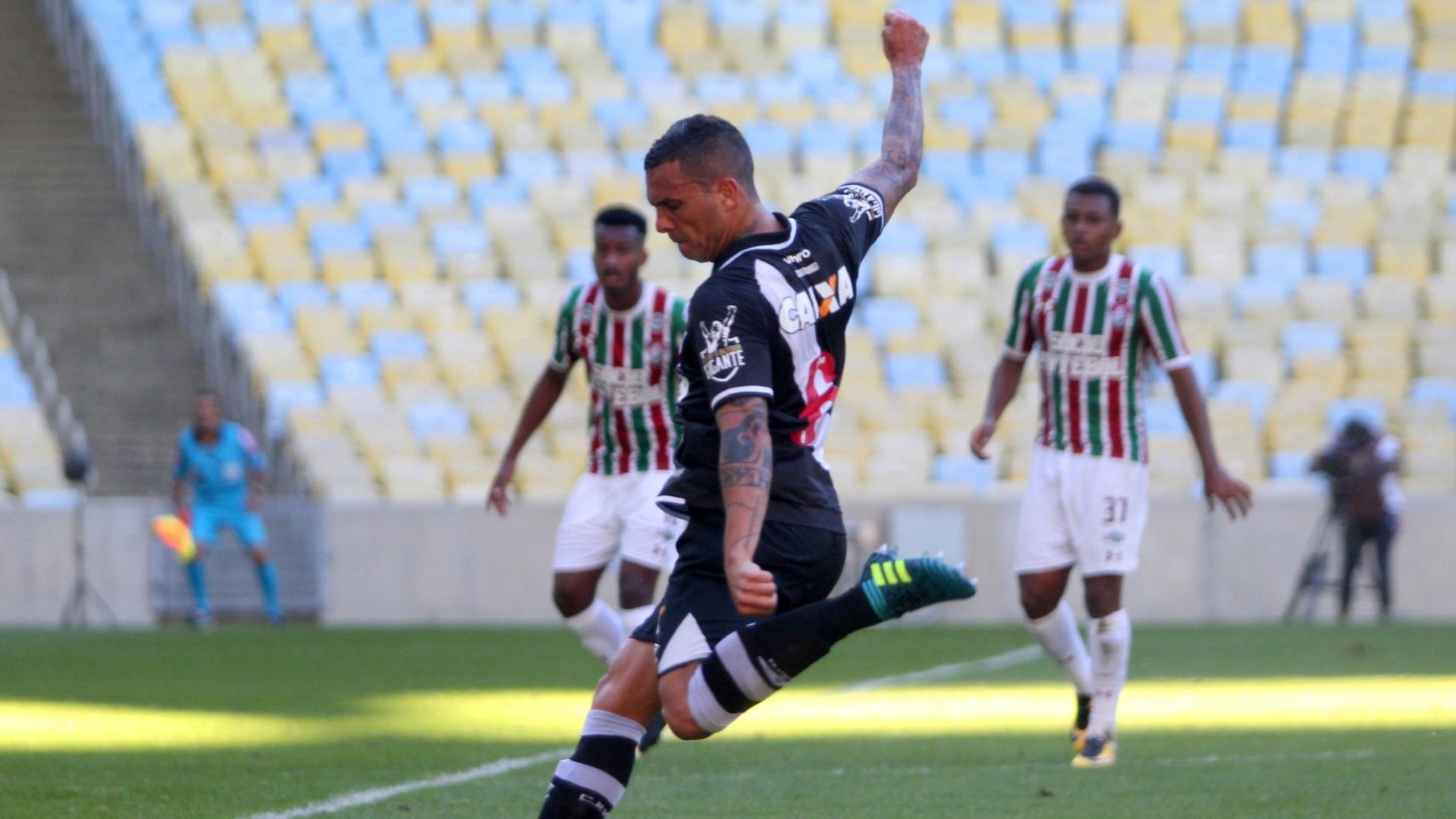Ramon chuta para abrir o placar pelo Vasco contra o Fluminense