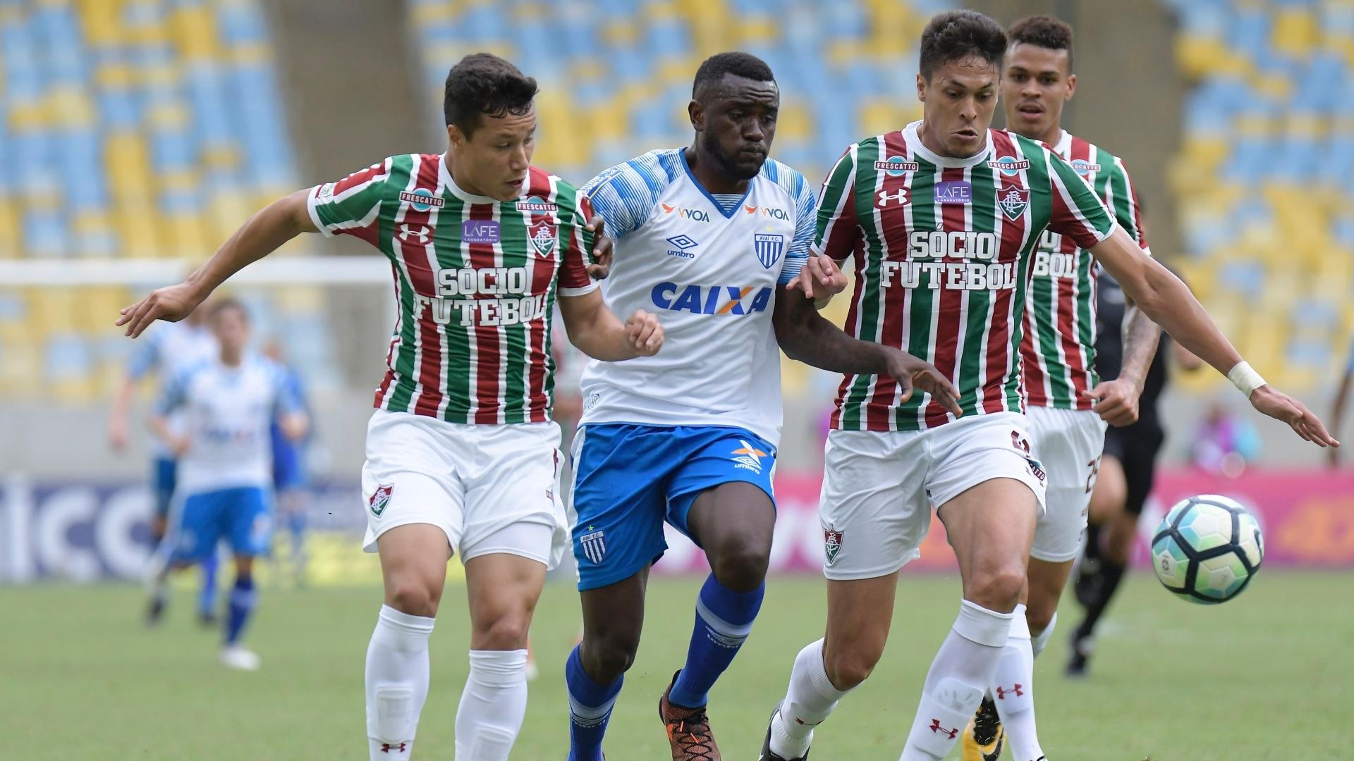 Reginaldo e Marlon, do Fluminense, disputam a bola com Joel, do Avaí