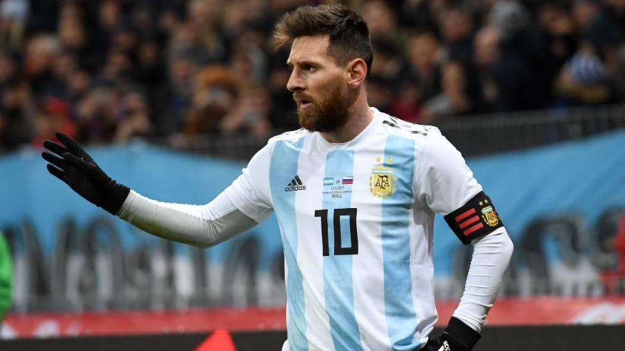 O atacante Lionel Messi com a nova camisa da Argentina - Kirill Kudryavtsev/AFP