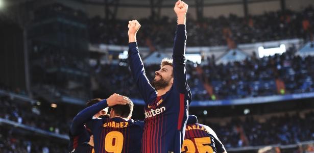 Piqué comemora um dos gols do Barcelona na vitória sobre o Real Madrid
