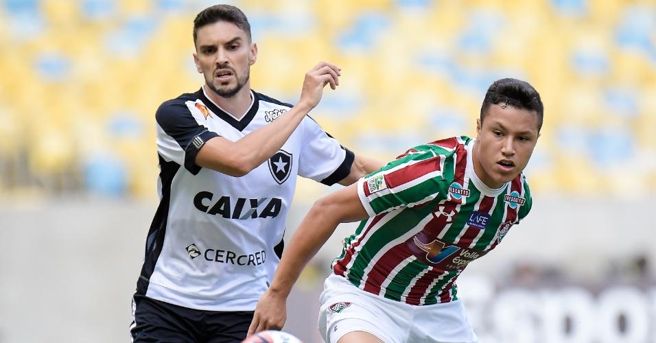 Rodrigo Pimpão disputa a bola com Marlon, durante a partida entre Fluminense e Botafogo