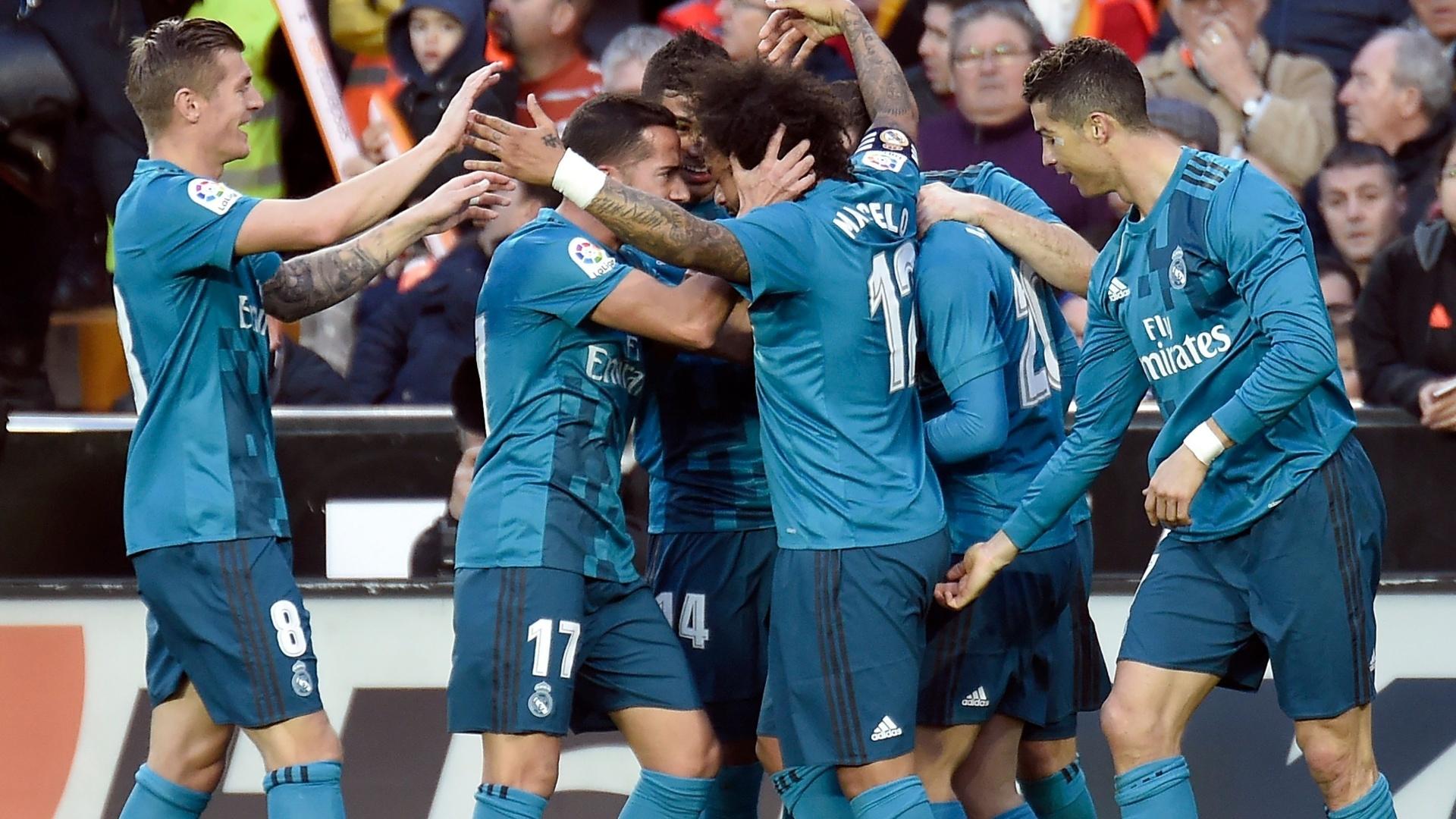 Marcelo celebra seu gol contra o Valencia com colegas de Real Madrid