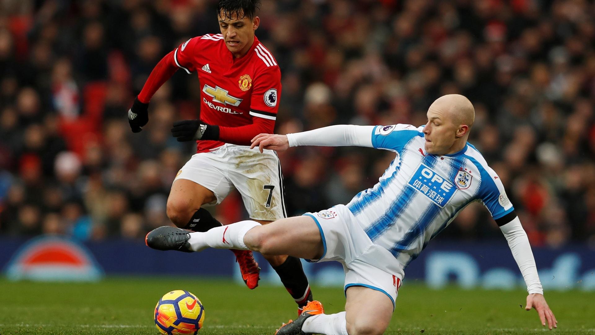 Sánchez tenta jogada individual na partida contra o Huddersfield
