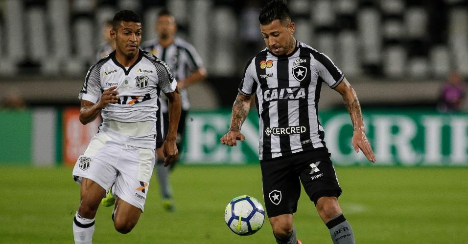 Léo Valencia domina a bola durante jogo entre Botafogo e Ceará