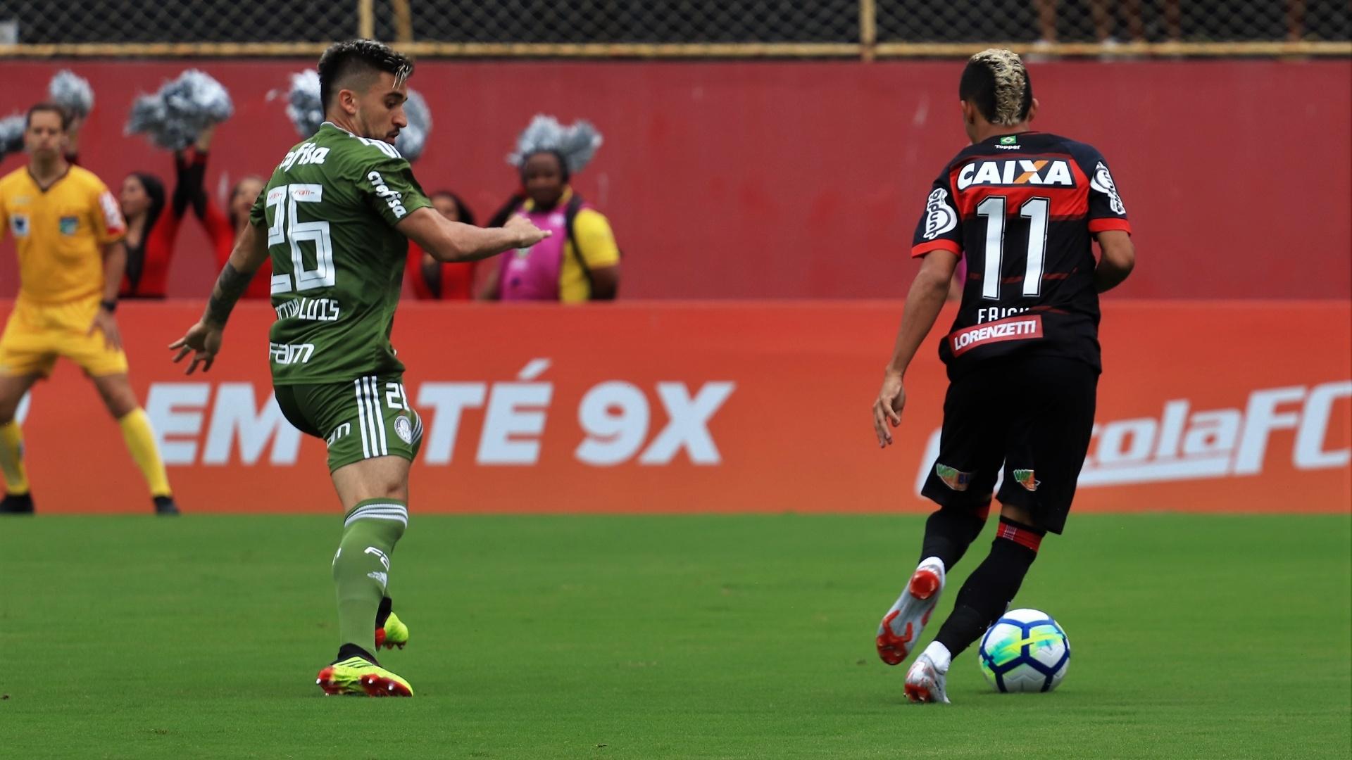 Victor Luis faz a marcação em Erick no jogo entre Vitória e Palmeiras