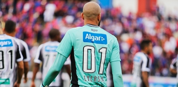 Éverson, goleiro do Ceará, usa a camisa 01 em homenagem a Rogério Ceni - Divulgação/CearaSC.com