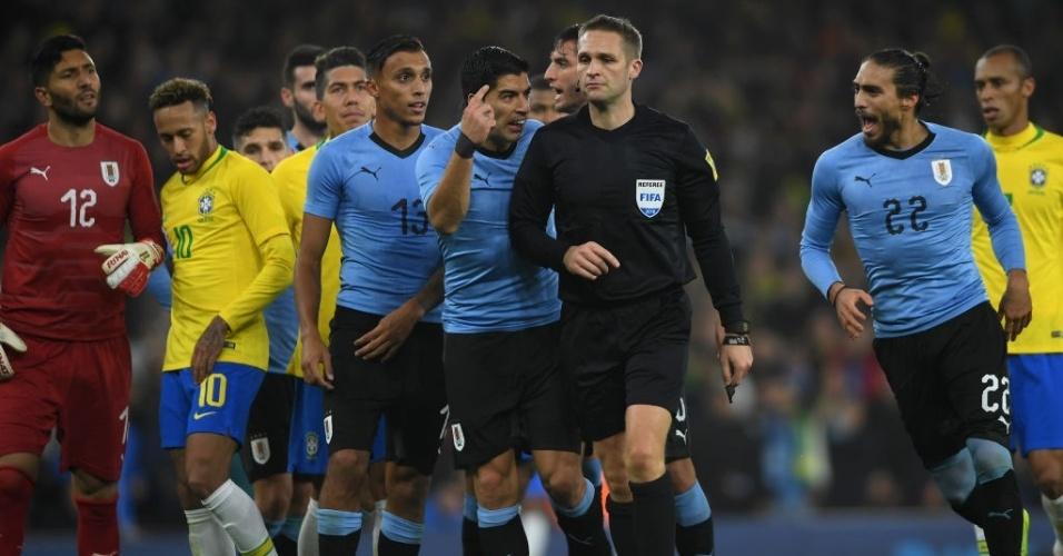 Luis Suarez reclama com o árbitro após marcação de pênalti para o Brasil em amistoso contra o Uruguai