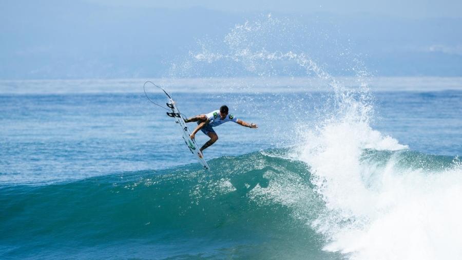 Filipe Toledo dá aéreo durante etapa do Circuito Mundial de Surfe - WSL / ED SLOANE
