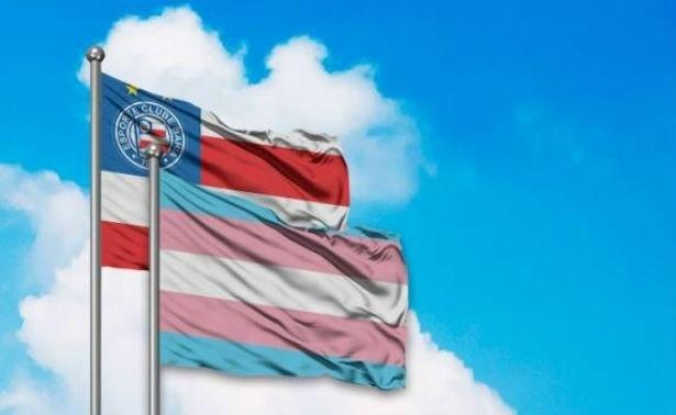Bandeira do Bahia junto com a bandeira do orgulho trans