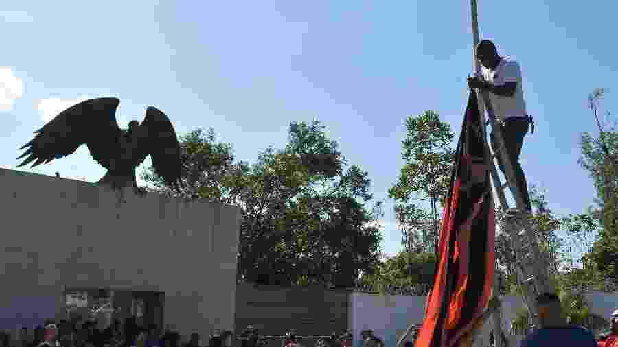 Bandeira do Flamengo foi colocada a meio mastro em frente ao Ninho do Urubu  - Thiago Ribeiro/AGIF