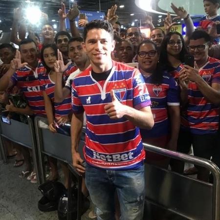 Osvaldo é recepcionado por torcedores do Fortaleza no Aeroporto Pinto Martins (CE) - Bruno Oliveira / Fortaleza EC