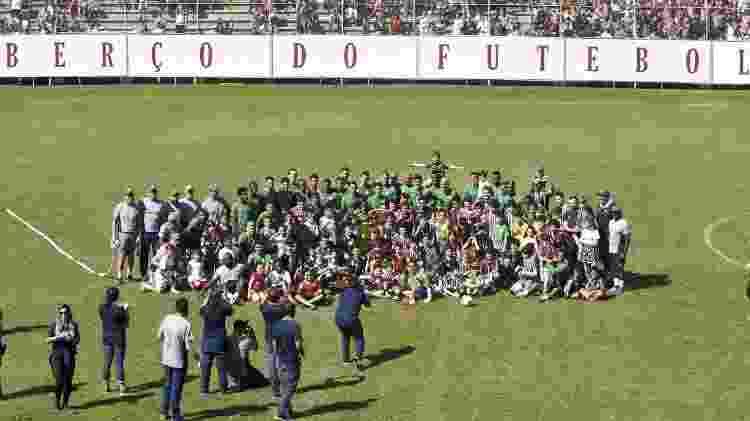 Jogadores, comissão técnica e funcionários do Flu posam para foto após treino aberto nas Laranjeiras - Mailson Santana / Flickr do Fluminense
