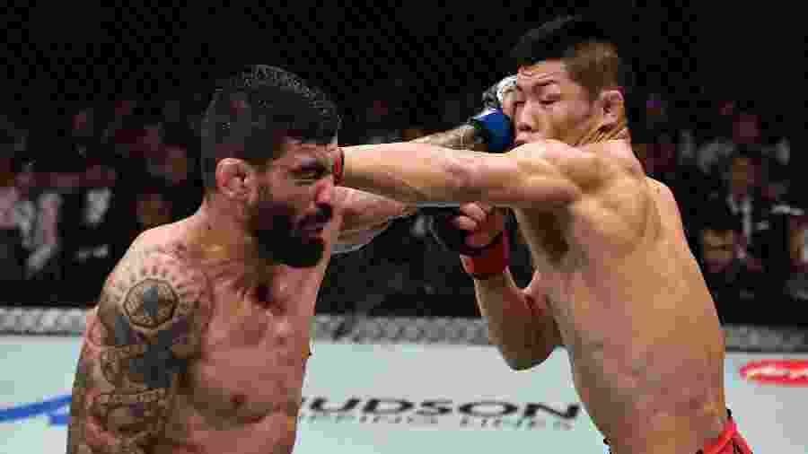 Li Jingliang, da China, atinge Elizeu Capoeira no UFC - Getty Images