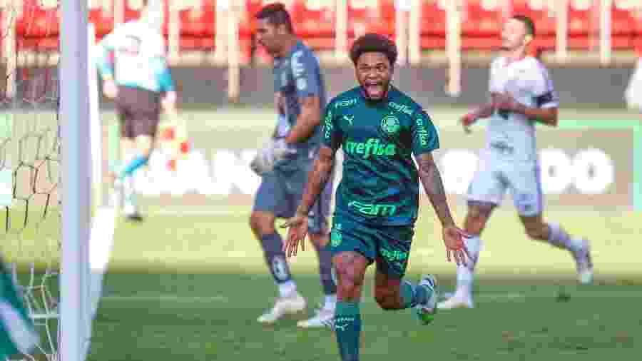 O Palmeiras, de Luiz Adriano, venceu o Santos no clássico no primeiro turno do Brasileirão - Marcello Zambrana/AGIF