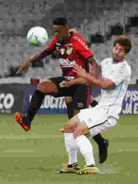 Wellington e Lucas Silva durante Athletico e Grêmio, com transmissão em PPV do clube - Gabriel Machado/AGIF