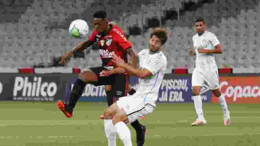 Wellington disputa bola com Lucas Silva, durante a partida entre Athletico e Grêmio - Gabriel Machado/AGIF