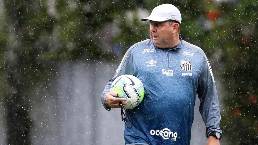 Marcelo Fernandes, auxiliar técnico do Santos, sob chuva no CT Rei Pelé - Ivan Storti/Santos FC