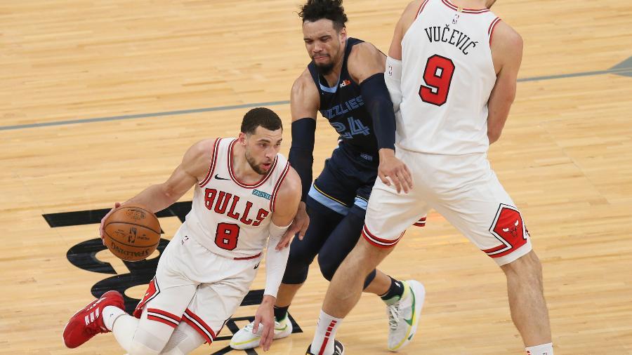 Zach Lavine, do Chicago Bulls, passa por corta luz de Nikola Vucevic durante jogo do Memphis Grizzlies - Nelson Chenault/USA TODAY Sports