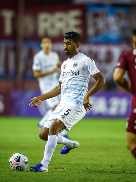 Thiago Santos em ação pelo Grêmio contra o Lanús, na Argentina - Lucas Uebel/Grêmio