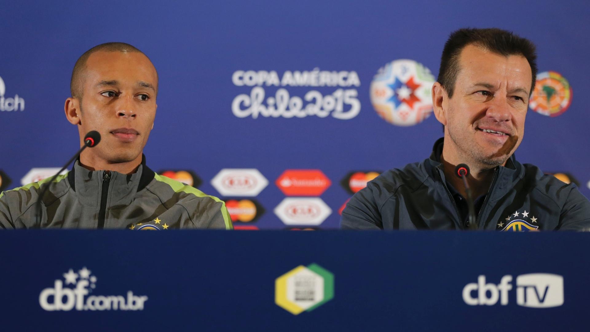 Zagueiro Miranda e técnico Dunga falam à imprensa brasileira no Chile durante a Copa América 2015