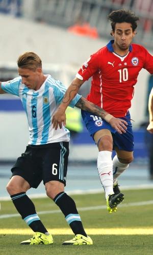 Valdivia disputa bola com Biglia