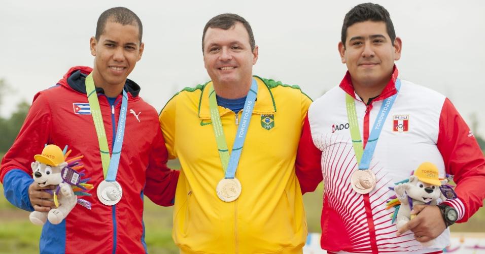 Julio Almeida sobe no pódio para receber a medalha de ouro conquistada no tiro de pistola 50m
