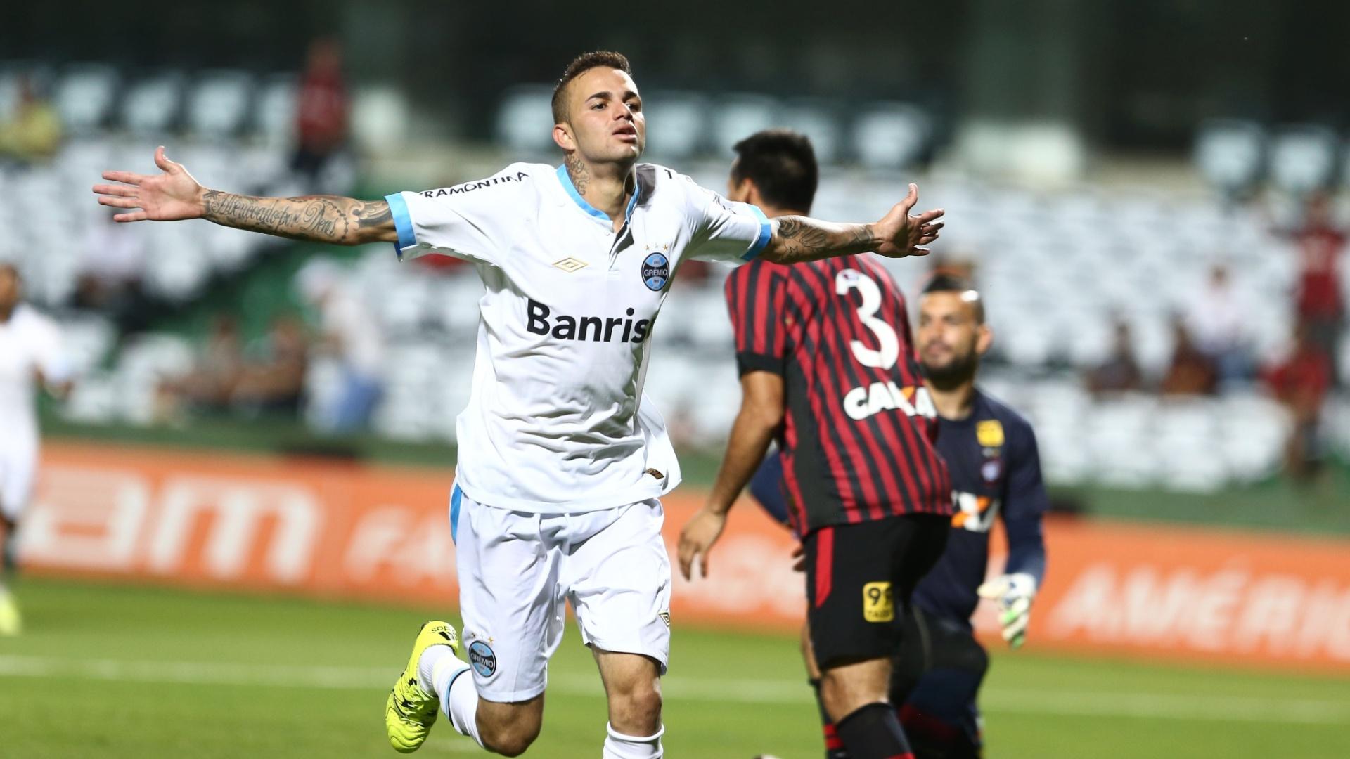 Luan marca o segundo gol do Grêmio contra o Atlético-PR, em confronto válido pelo Campeonato Brasileiro