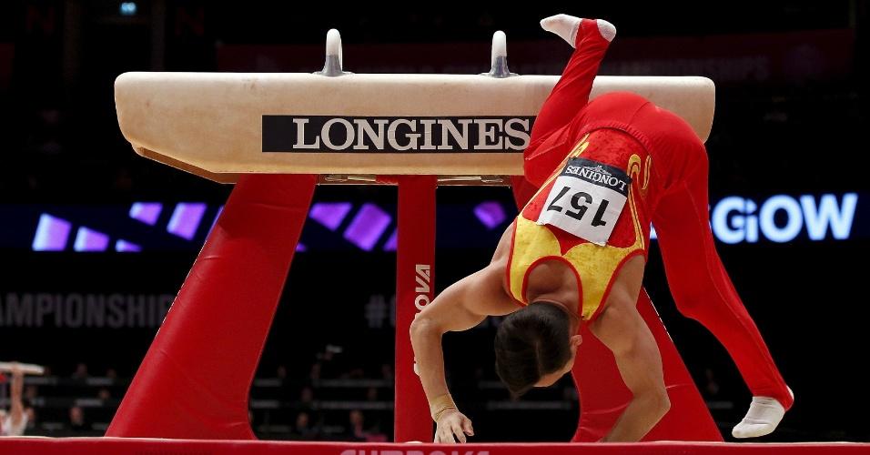 Xiao Routing, da China, cai durante sua apresentação no cavalo com alças na final individual geral do Mundial de ginástica