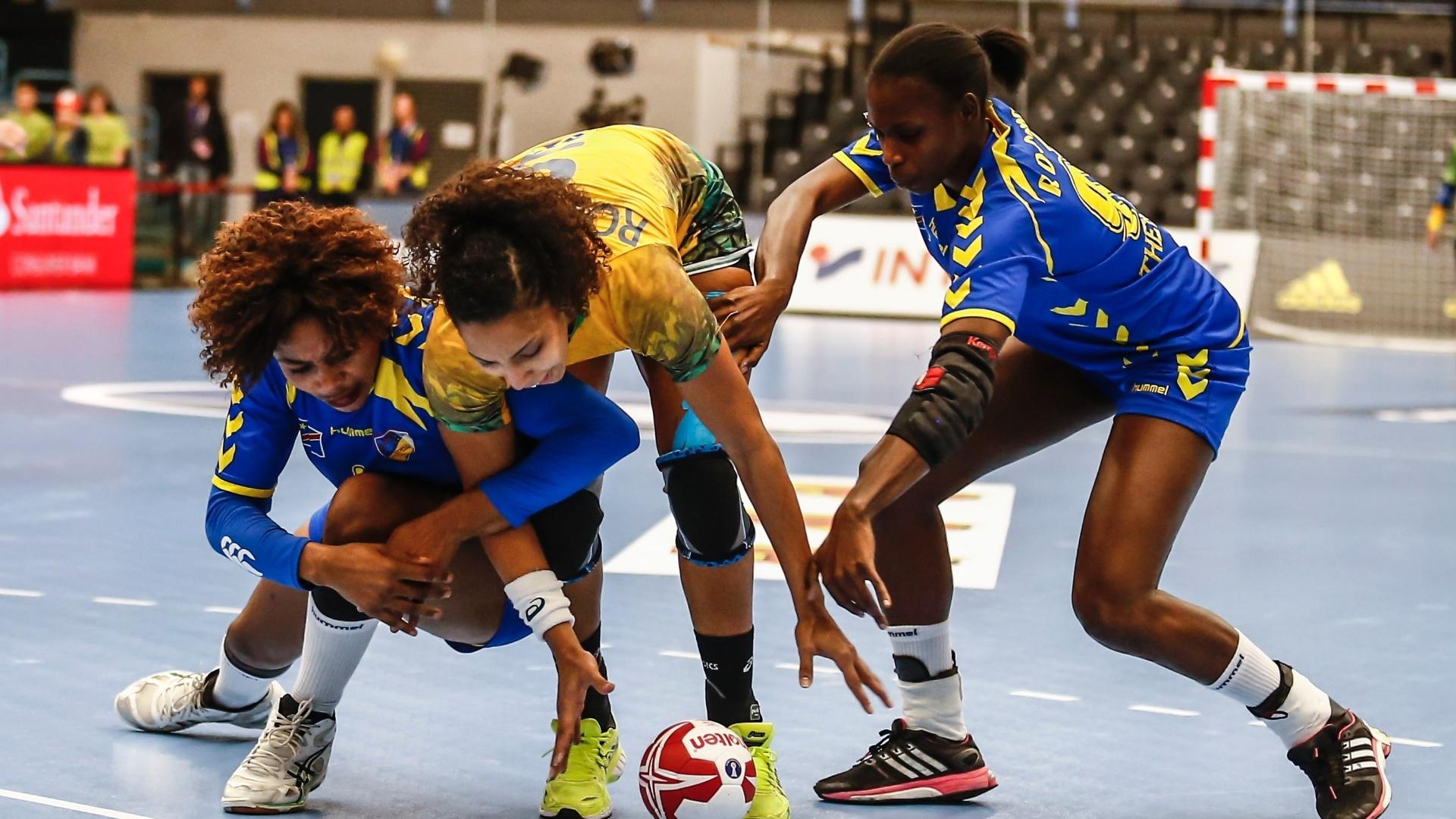 Ana Paula Rodrigues disputa a posse de bola com jogadoras do Congo 62fcce6eab8e4