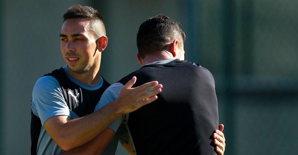 Lízio abraça um dos companheiros durante treinamento do Botafogo