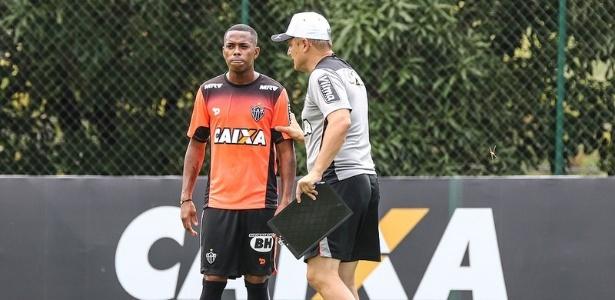 Robinho vai ser titular do Atlético-MG contra a URT e recebe orientações de Diego Aguirre