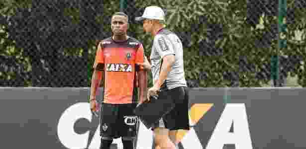 Robinho vai ser titular do Atlético-MG contra a URT e recebe orientações de Diego Aguirre - Bruno Cantini/Clube Atlético Mineiro