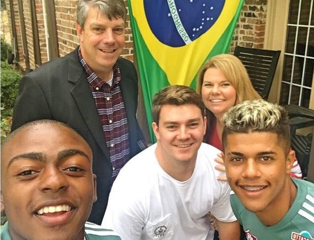 Guilherme (esquerda) tira selfie com a família Plunkett, que o recebe nos EUA