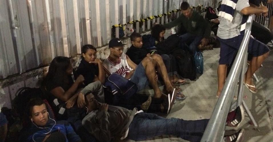 Vascaínos dormem na fila do Maracanã a espera de ingressos para a final