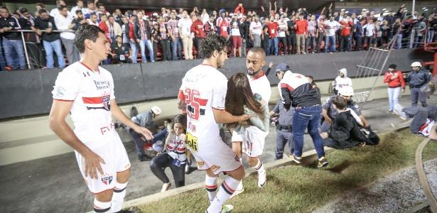 Jogadores do São Paulo ajudam torcedora ferida após queda de grade na quarta-feira