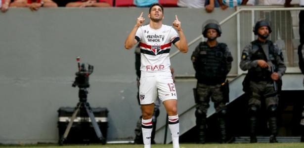 Calleri volta ao São Paulo após cumprir suspensão contra o Fluminense